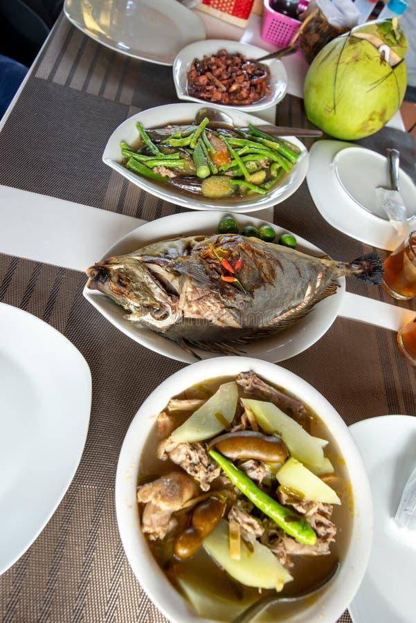 Comida filipina tradicional - asó a la parrilla a Unicorn Fish foto de archivo