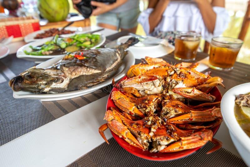 Comida filipina tradicional - cangrejo cocido al vapor del mar con fuente del ajo foto de archivo libre de regalías