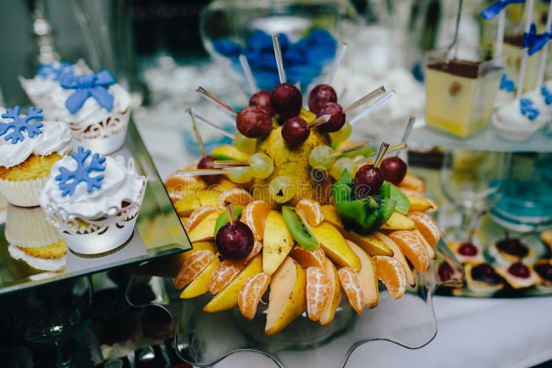 Comida fría con la fruta tropical fotografía de archivo libre de regalías