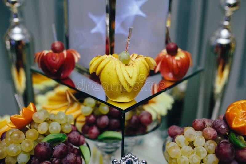 Comida fría con la fruta tropical fotografía de archivo