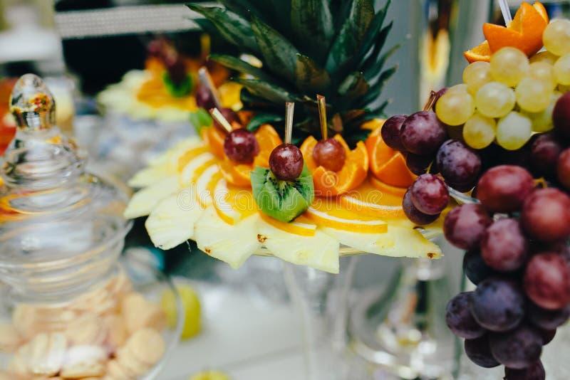 Comida fría con la fruta tropical fotos de archivo libres de regalías