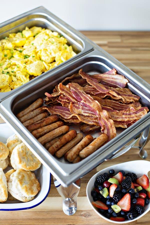 Comida fría del desayuno con los huevos revueltos y el tocino imagen de archivo libre de regalías