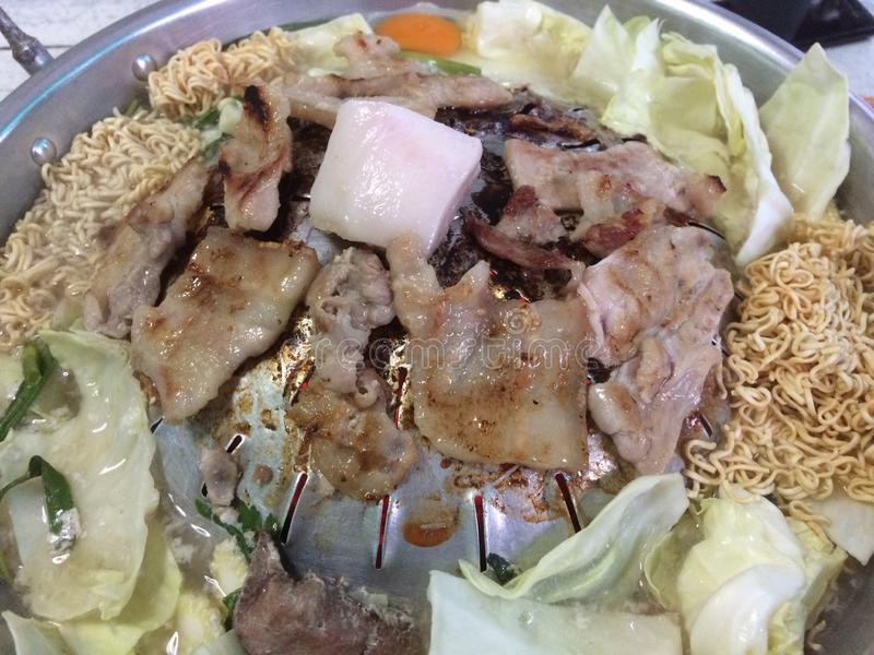 Comida fría tailandesa del Bbq con cerdo, la verdura, los tallarines inmediatos, el huevo y la sopa imagenes de archivo