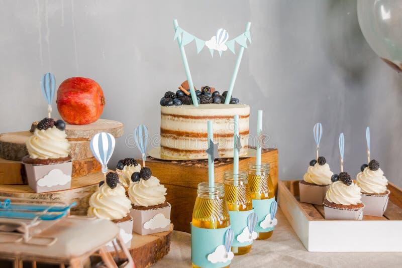 Comida fr?a con los dulces Magdalenas dulces, coloridas La tabla dulce para los banquetes, bodas, va de fiesta Barra de caramelo  foto de archivo