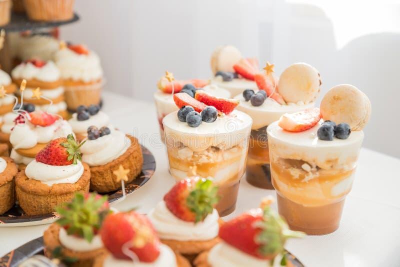Comida fr?a del caramelo con el soplo blanco en vidrios Comida fr?a dulce deliciosa con las magdalenas, los vidrios del tiramisu  foto de archivo