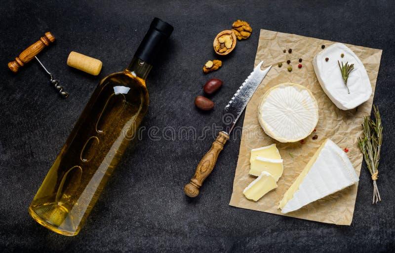 Comida francesa de la cocina con el vino y el queso fotos de archivo libres de regalías