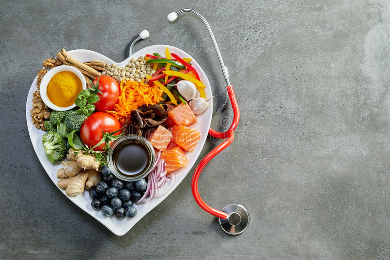 Comida fresca para un corazón sano con un estetoscopio imagen de archivo libre de regalías