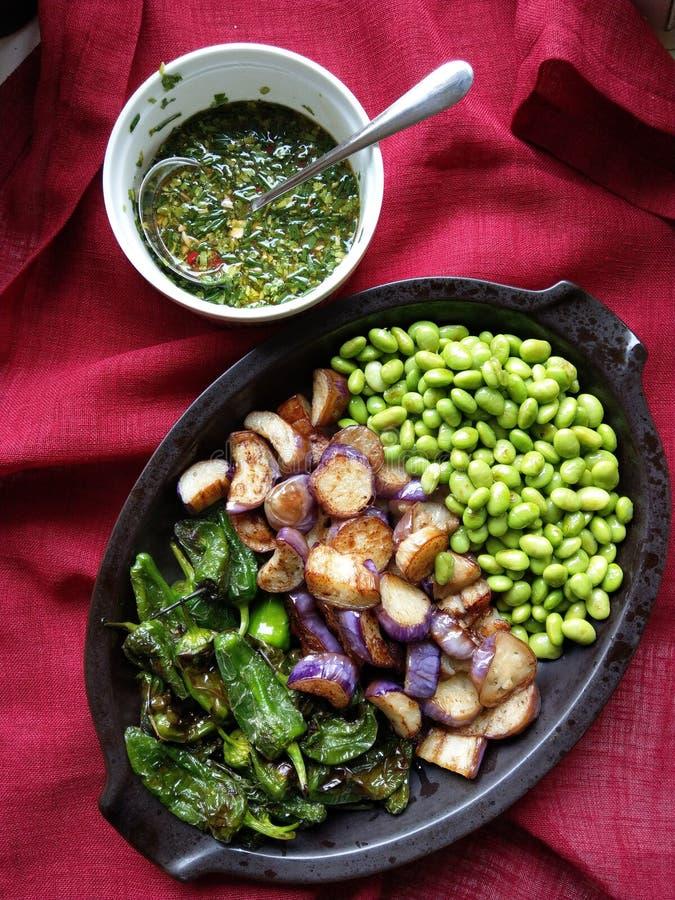Comida frita: berenjenas, pimientos del padron imagenes de archivo