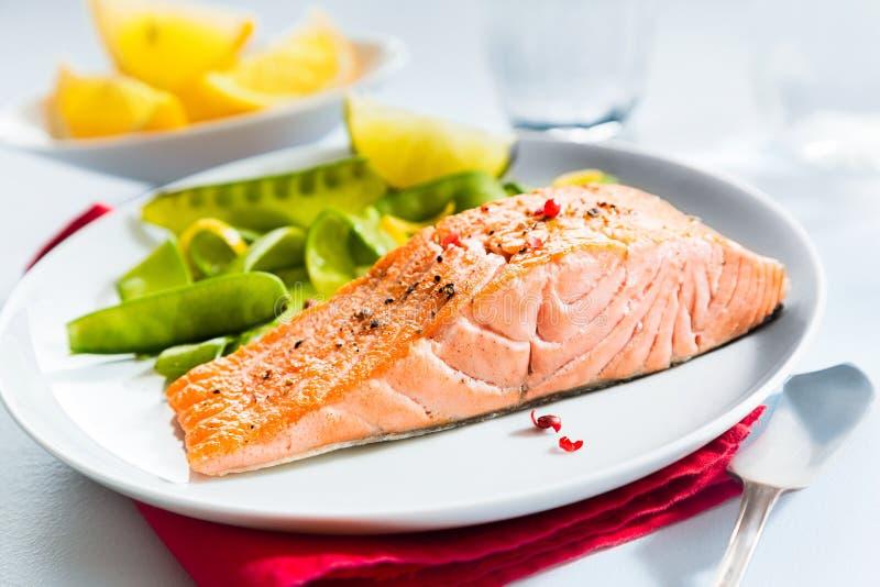 Comida gastrónoma de los mariscos de salmones asados a la parrilla fotos de archivo