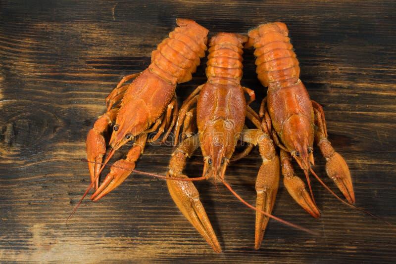Comida hervida rojo de los cangrejos en el escritorio de madera foto de archivo libre de regalías