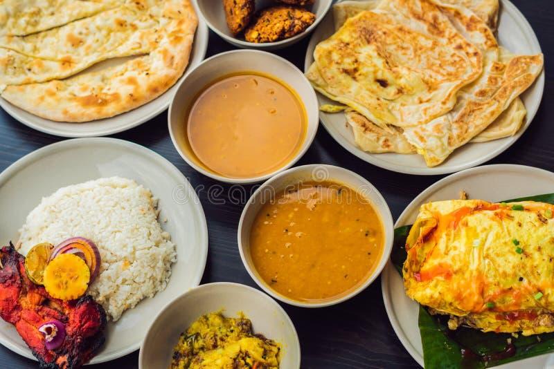 Comida india clasificada en fondo de madera oscuro Platos y aperitivos de la cocina india Curry, pollo de la mantequilla, arroz,  foto de archivo libre de regalías