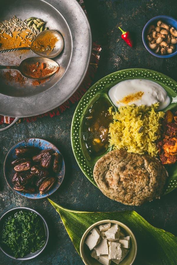 Comida india, diversas comidas de la cena en cuencos imagen de archivo libre de regalías