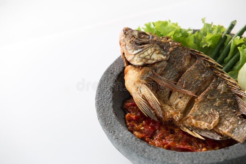 Comida indonesia tradicional de Penyetan con los pescados fotos de archivo