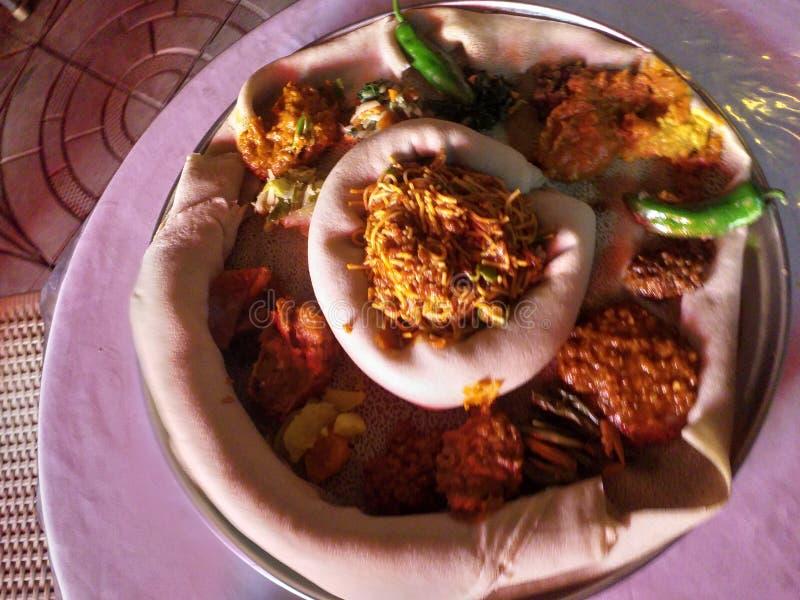 Comida-Injera etíope del vegano con el wot foto de archivo libre de regalías