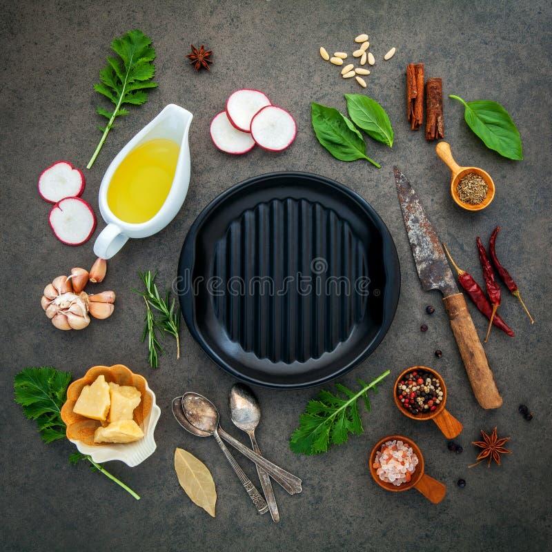 Comida italiana que cocina los ingredientes en fondo de piedra oscuro con i fotografía de archivo libre de regalías