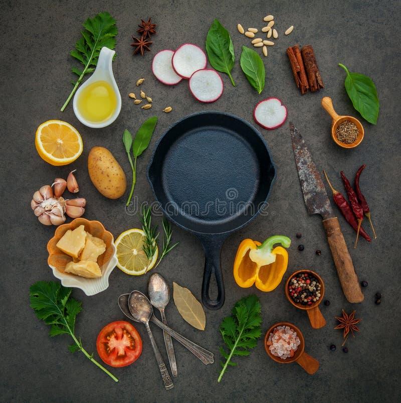 Comida italiana que cocina los ingredientes en fondo de piedra oscuro con i foto de archivo libre de regalías