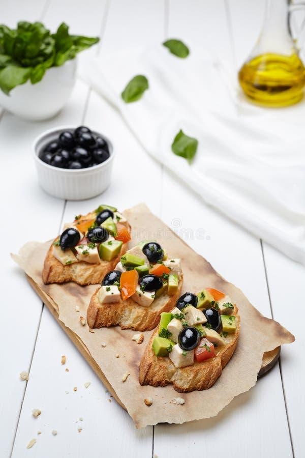 Comida italiana tradicional con los tomates, pollo, aceitunas de los antipasti de Bruschetta imágenes de archivo libres de regalías