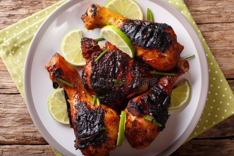 Comida jamaicana: mueva de un tirón el palillo de pollo con el primer de la cal en un pla foto de archivo libre de regalías