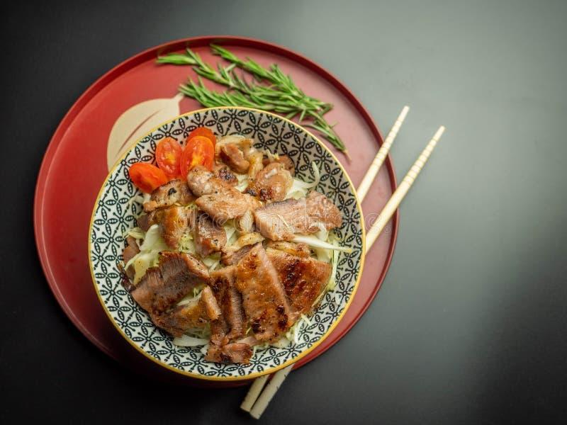 Comida japonesa, cuenco de arroz frito de la chuleta del cerdo imágenes de archivo libres de regalías