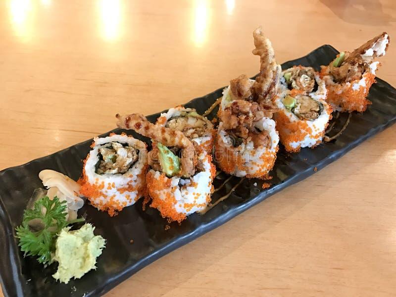 Comida japonesa del rollo de la araña hecha de la carne de cangrejo frita, huevo, aguacate, pepino dentro imagen de archivo