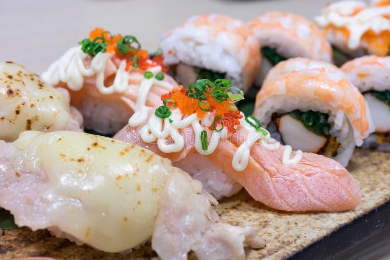 Comida japonesa del sushi en estilo japonés de la placa de madera fotografía de archivo