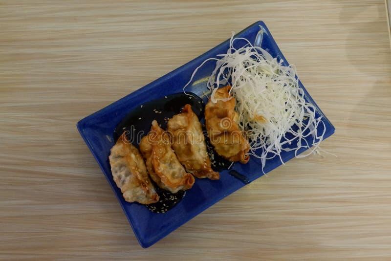 Comida japonesa, gyoza frito con la salsa foto de archivo libre de regalías