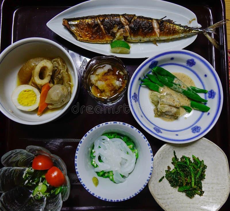 Comida japonesa para la cena en el restaurante local fotos de archivo