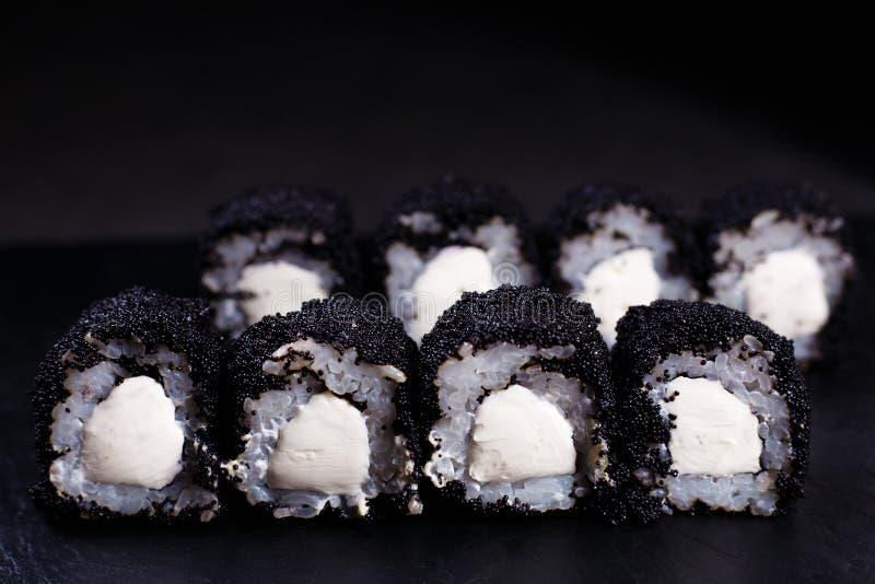 Comida japonesa, rollos de sushi en caviar negro foto de archivo libre de regalías