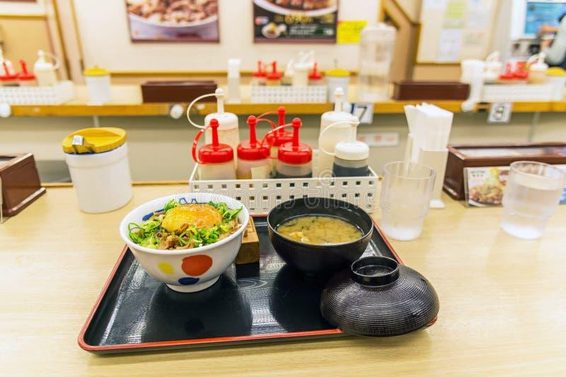 Comida japonesa, sistema de gyudon, carne de vaca y huevo en el arroz con la sopa foto de archivo libre de regalías