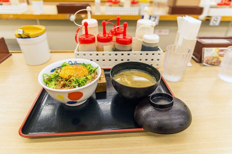 Comida japonesa, sistema de gyudon, carne de vaca y huevo en el arroz con la sopa imagen de archivo
