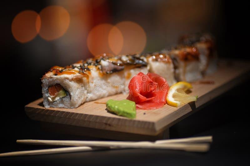 Comida japonesa Sushi apetitoso en un tablero de madera imagenes de archivo