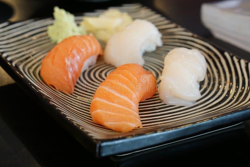 Comida japonesa - sushi de Salmon Sushi y de la concha de peregrino imagenes de archivo