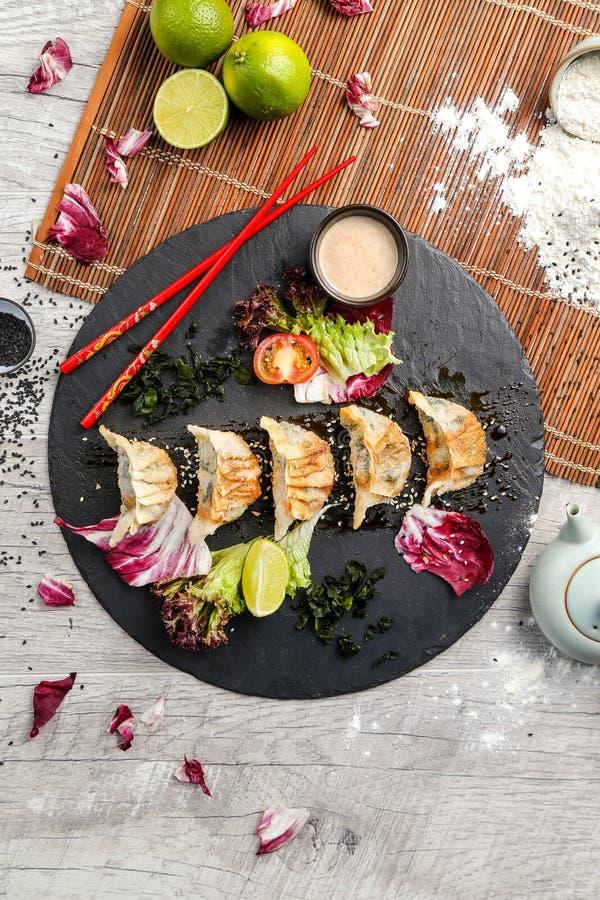 Comida japonesa tradicional, bolas de masa hervida fritas con las verduras fotos de archivo libres de regalías
