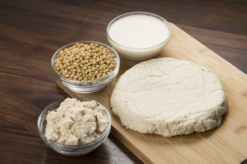 Comida: Leche de soja, sojas, Okara y queso de soja en fondo de madera foto de archivo