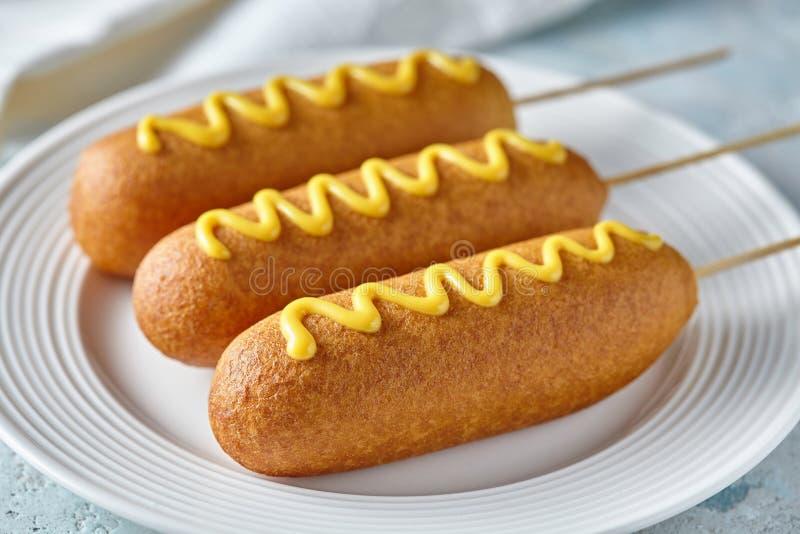 A comida lixo americana tradicional da rua do corndog do cão de milho fritou o petisco da salsicha da carne do hotdog com mostard fotos de stock