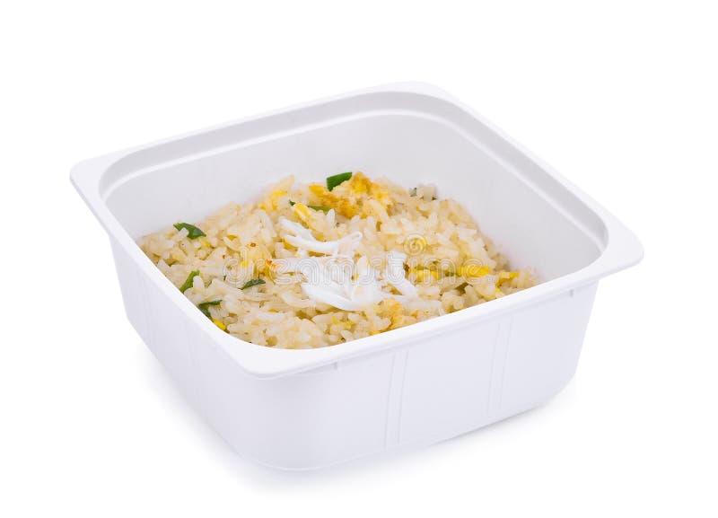 Comida lixo, arroz fritado do caranguejo, na caixa plástica branca isolada imagens de stock