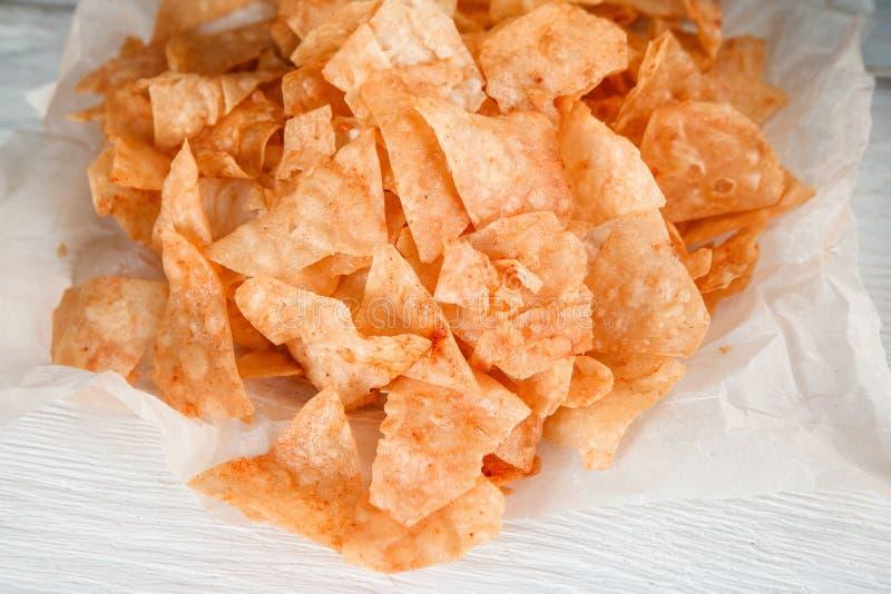 Comida lixo, comer insalubre Microplaquetas de batata, close up foto de stock