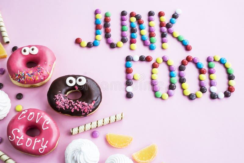 Comida lixo Doces em um fundo cor-de-rosa imagens de stock