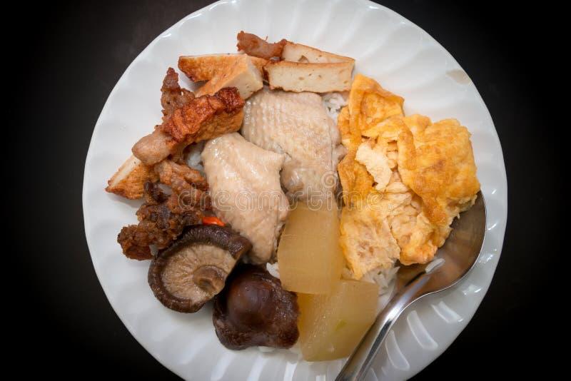 Comida local de Tailandia en el plato blanco foto de archivo