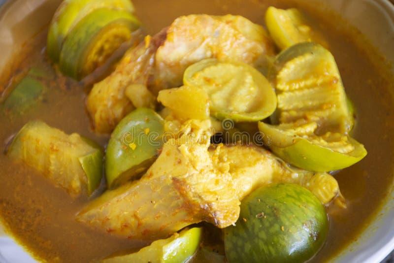 comida local tailandesa al estilo sureño Spicy Sour Yellow Curry con peces Tilapia Rojos y berenjenas verdes en tazón para comer  imagen de archivo libre de regalías