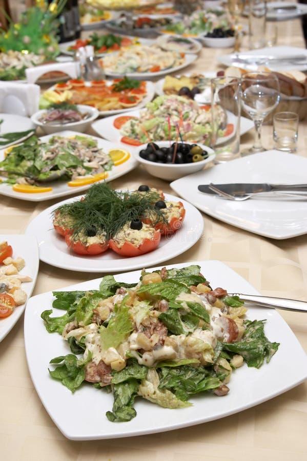 Comida maravillosamente adornada en las placas en el restaurante fotos de archivo libres de regalías