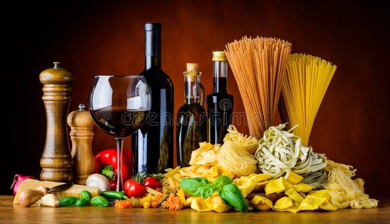 Comida mediterránea de la cocina con el vino y las pastas foto de archivo