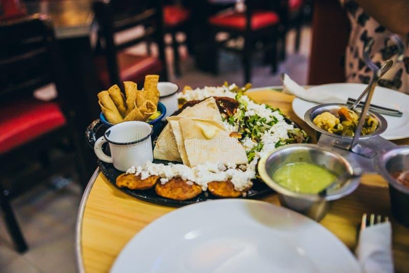 Comida mexicana servida en un restaurante imagen de archivo