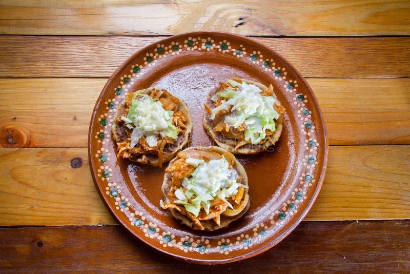 Comida mexicana: sopes del tinga fotografía de archivo