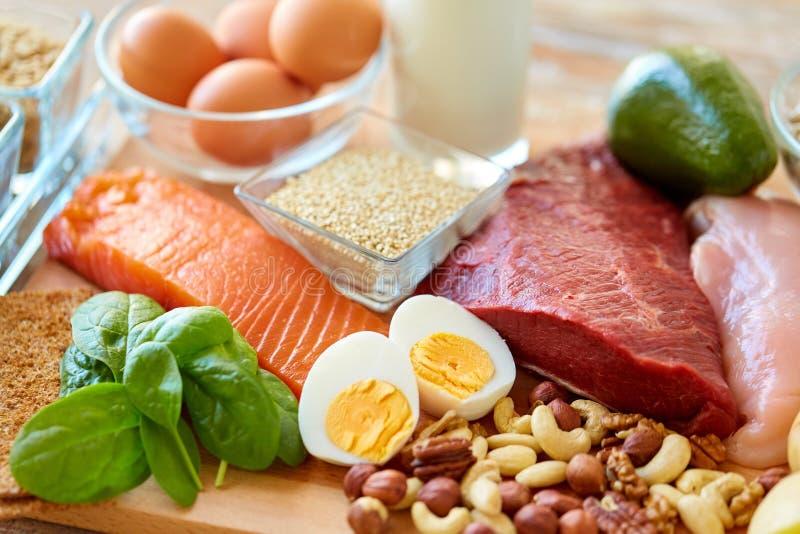 Comida natural de la proteína en la tabla foto de archivo