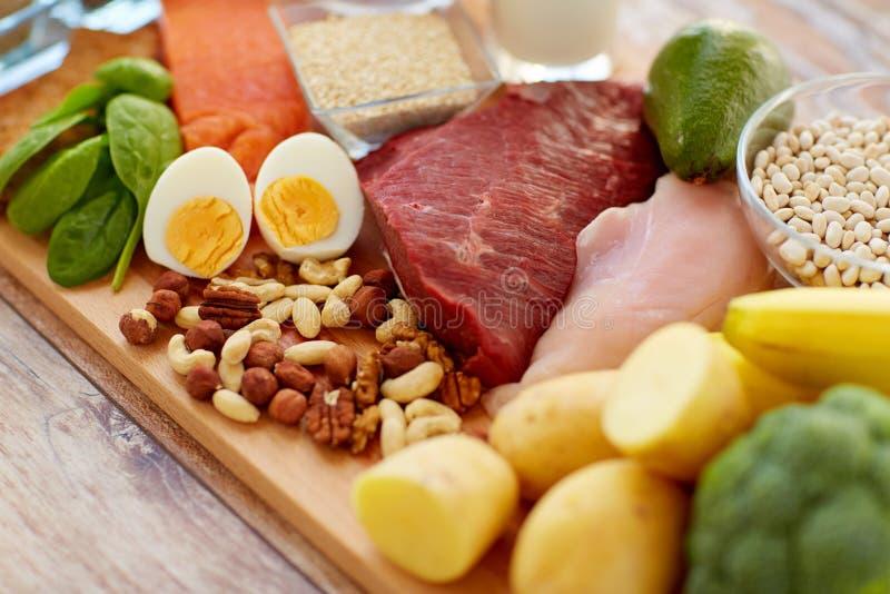 Comida natural de la proteína en la tabla foto de archivo libre de regalías