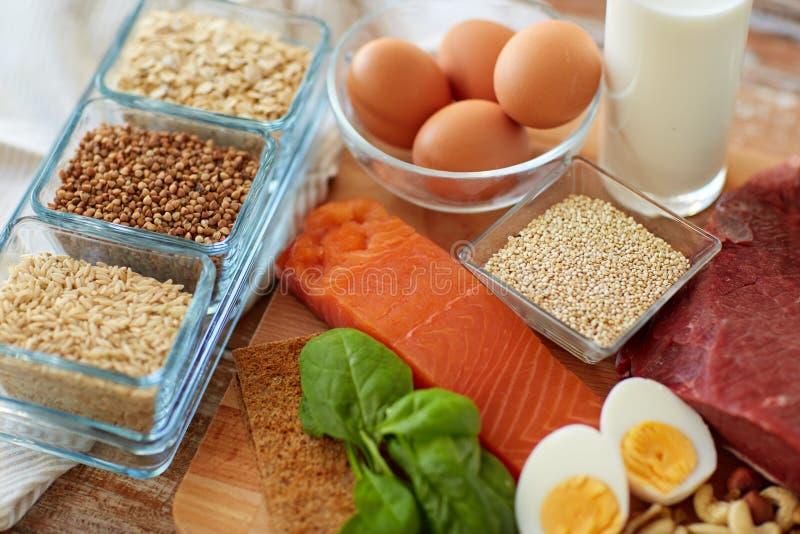 Comida natural de la proteína en la tabla imagen de archivo libre de regalías