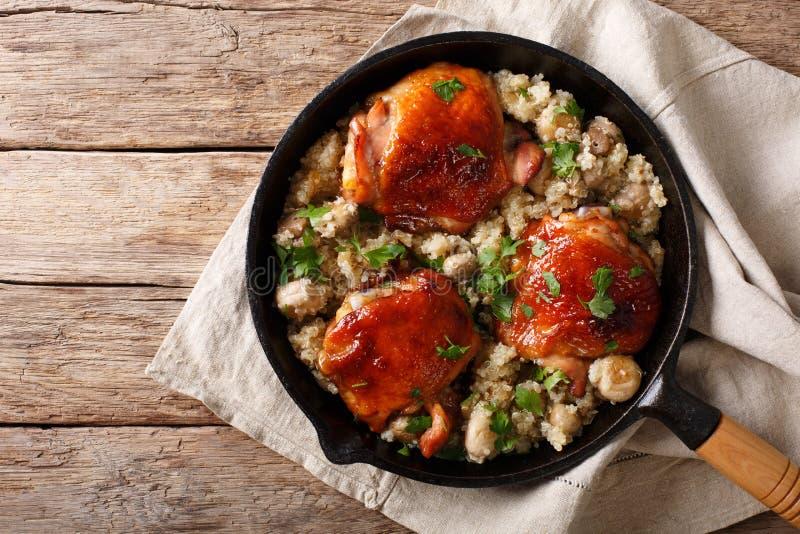 Comida natural: Muslos cocidos del pollo con clo de la quinoa y de las setas imagenes de archivo