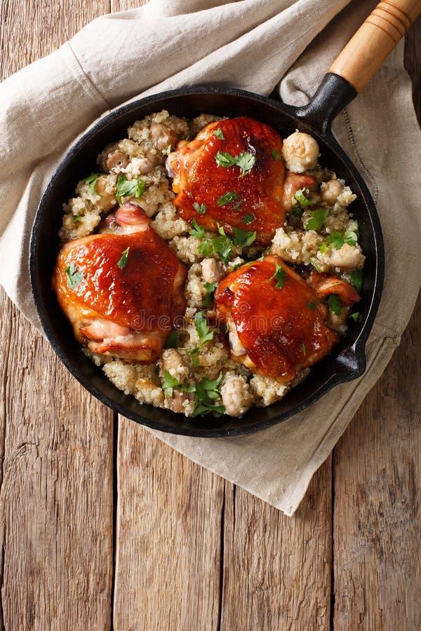 Comida natural: Muslos cocidos del pollo con clo de la quinoa y de las setas imagen de archivo