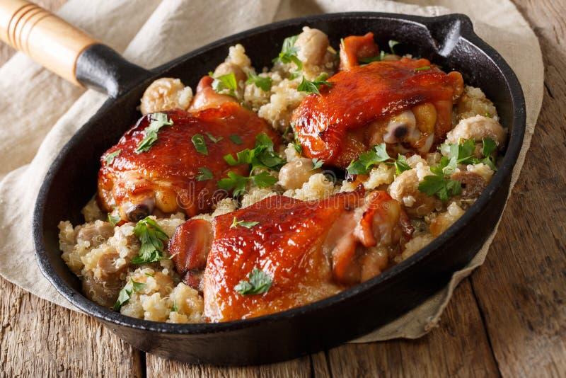 Comida natural: Muslos cocidos del pollo con clo de la quinoa y de las setas foto de archivo libre de regalías